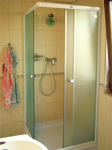 Spodná kúpelňa a jej sprchovací kút
